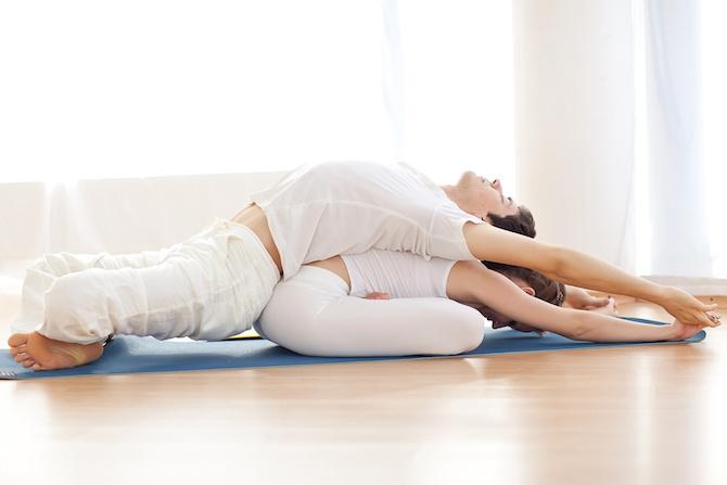 yoga coppia flessione