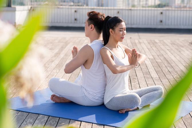 coppia yoga schiena