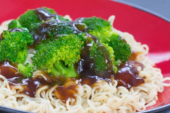 ricetta vegana thailandese noodles di riso saltati
