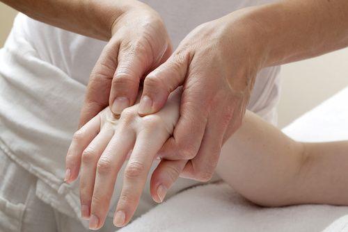 Mani, disturbi e cure naturali