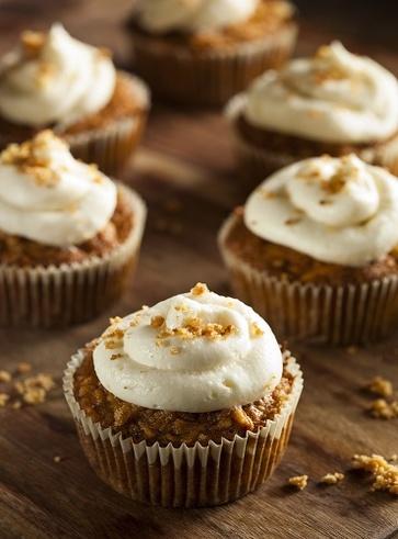 Cupcakes raw alla carota con glassa di anacardi alla vaniglia