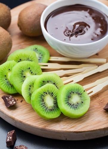Frutta fresca e secca ricoperta di cioccolato