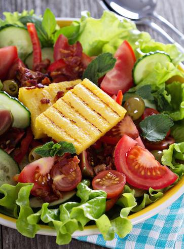 Polenta grigliata con insalata di pomodoro e avocado
