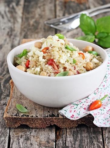Insalata di quinoa, ceci, sedano bianco e avocado