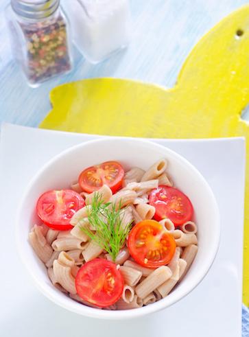 Insalata profumata di pasta di canapa, erbe e pomodoro fresco