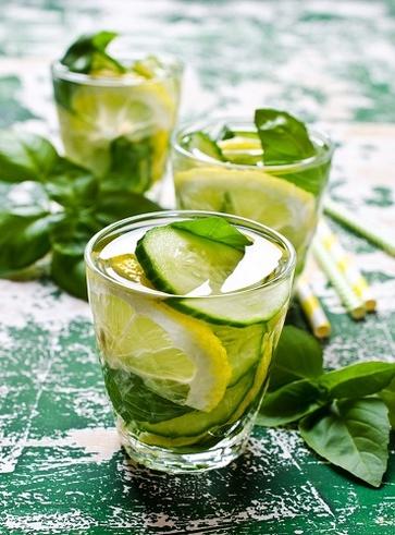 Acqua idratante e digestiva al cetriolo, basilico e limone