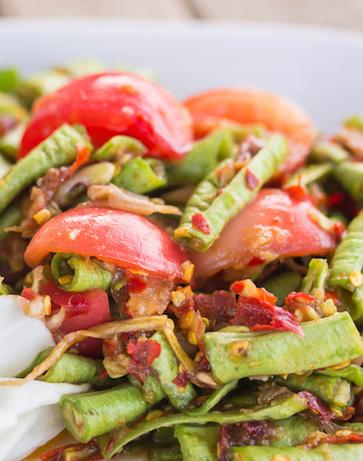 Moringa con legumi, papaya e seitan
