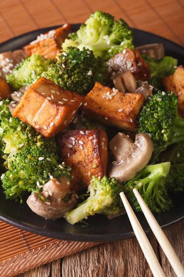 Tofu saltato con broccoli e mandorle