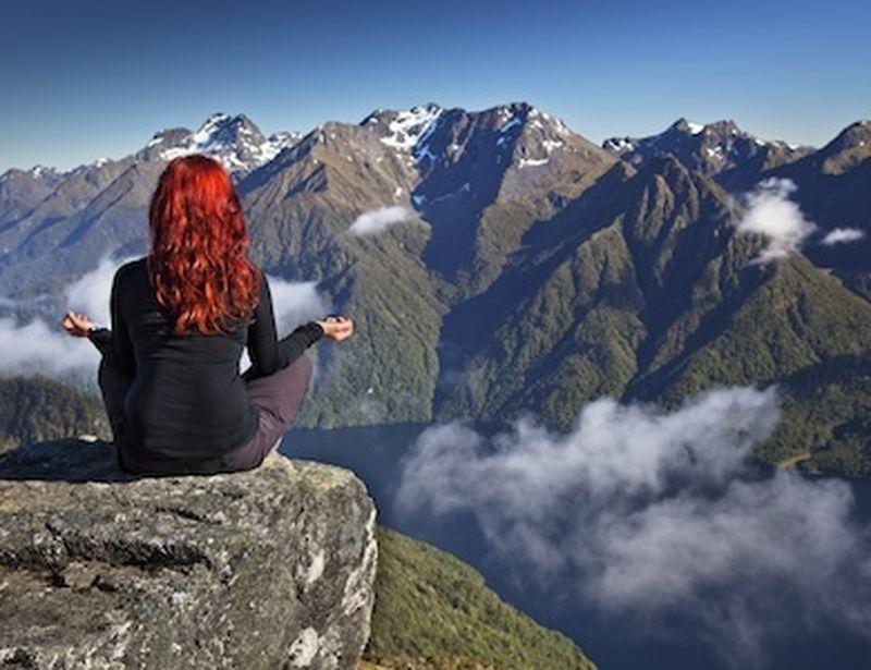 Dritti e forti come montagne: tadasana per migliorare la postura