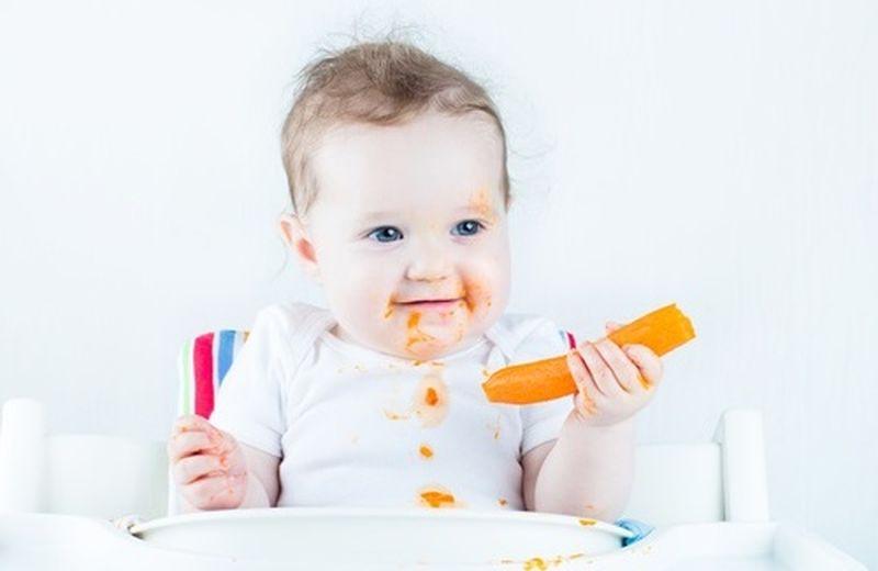 Come insegnare ai bambini a mangiare da soli