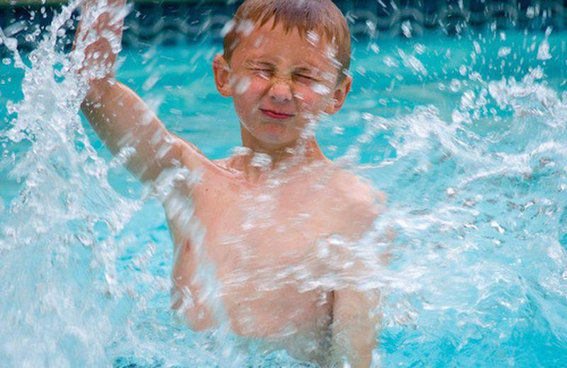 """Il watsu per i bambini: massaggiare i """"cuccioli di umani"""" in acqua"""