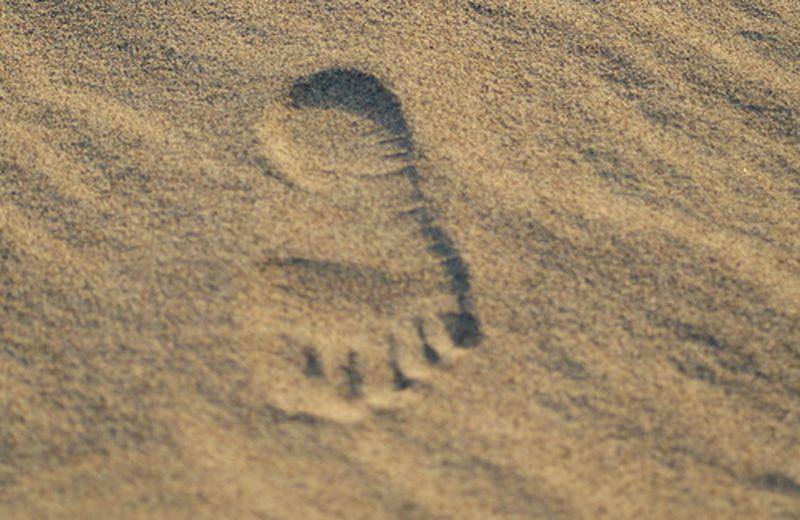 Il barefooting o, più semplicemente, camminare a piedi scalzi