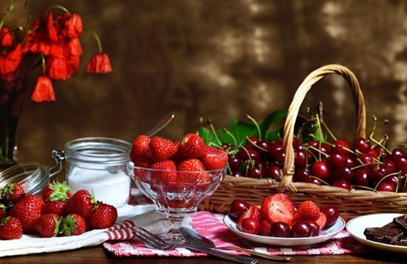 Frutta top di maggio: fragole e ciliegie