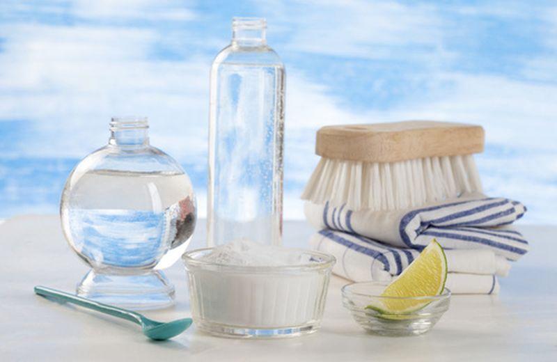 Prodotti naturali fai da te per vetri e superfici