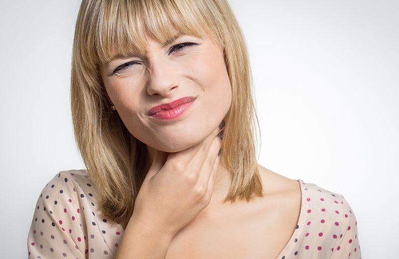 Mal di gola da reflusso: come curarlo