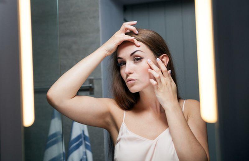 Ginnastica facciale: gli esercizi per fronte, tempie e contorno occhi