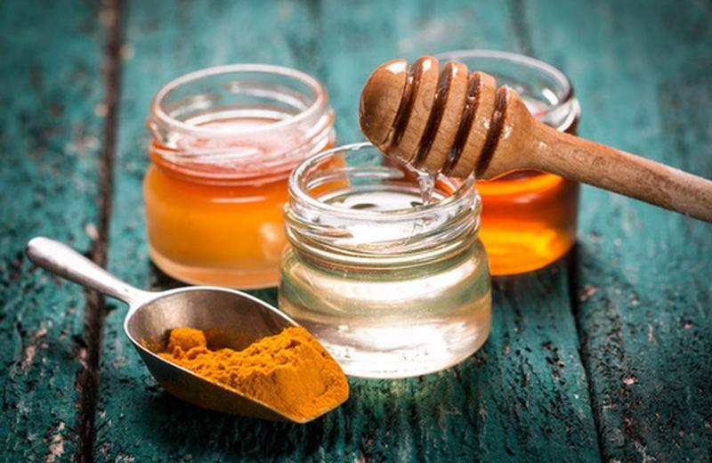 Miele e curcuma: antibiotico naturale contro i disturbi di stagione