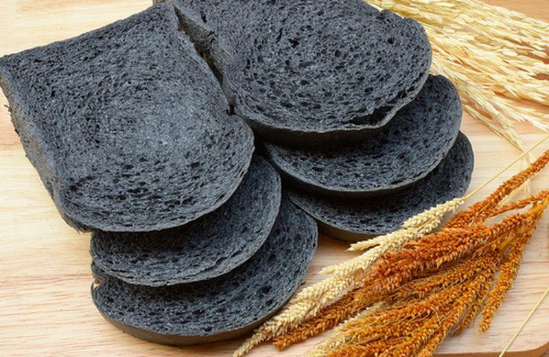 Pane nero al carbone vegetale: proprietà, calorie, controindicazioni