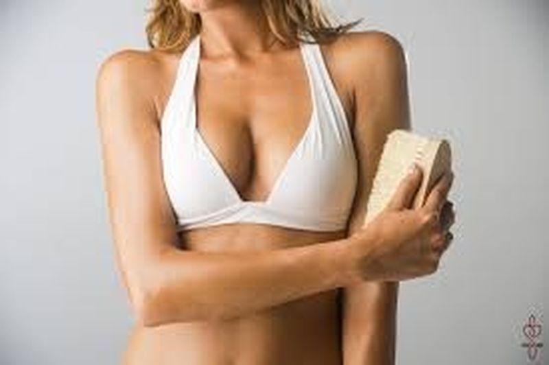 Le spazzole corpo per combattere le impurità della pelle