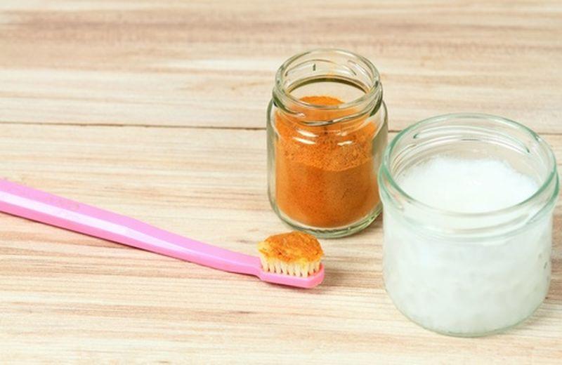 Olio di cocco e curcuma per i denti