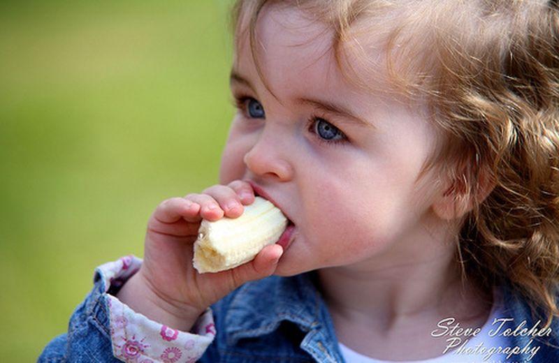 Come educare i bimbi a mangiare bene