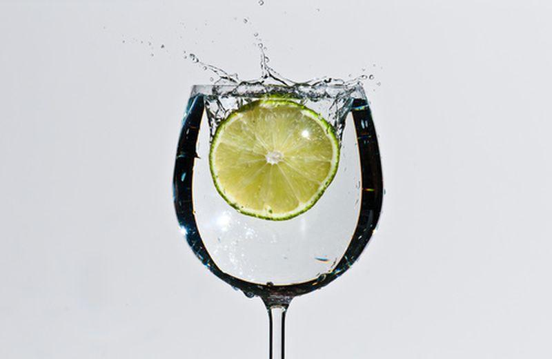 Un bicchiere di salute: acqua e limone dalle mille proprietà
